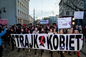 """Wroc³aw, 08.03.2017. Miêdzynarodowy Strajk Kobiet w Dzieñ Kobiet, 8 bm. we Wroc³awiu. Strajk to inicjatywa oddolnej, bezpartyjnej koalicji kobiet, nawi¹zuj¹ca do Ogólnopolskiego Strajku Kobiet (tzw. Czarnego Poniedzia³ku) zorganizowanego 3 paŸdziernika zesz³ego roku przeciwko zaostrzeniu ustawy antyaborcyjnej. Organizatorki strajku 8 bm., domagaj¹ siê: """"pe³ni praw reprodukcyjnych, pañstwa wolnego od zabobonów, wdro¿enia i stosowania konwencji antyprzemocowej i poprawy sytuacji ekonomicznej kobiet"""". (mr) PAP/Maciej Kulczyñski"""